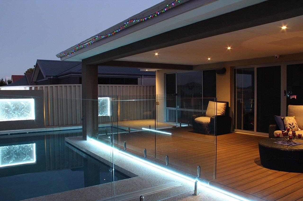 terrasplanken in tuin avond